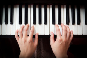 4 Tips to Master Hand Independence on the Piano
